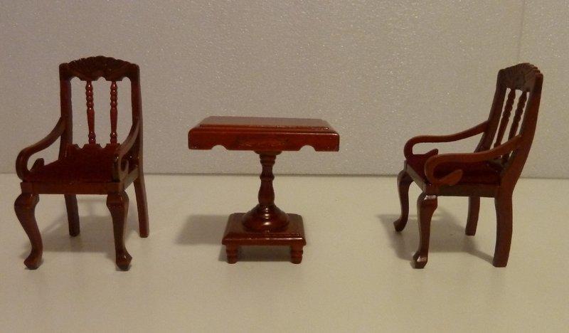 Lote de mesita y dos sillas madera nogal miniatura casa de mu ecas todocapricho - Casas en miniatura de madera ...
