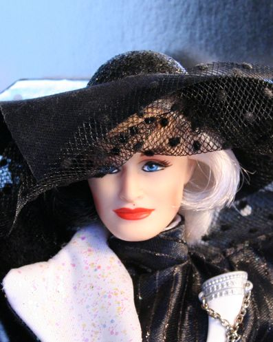 Cruella_De_Vil_Great_Villians_Collection_Barbie-3.jpg